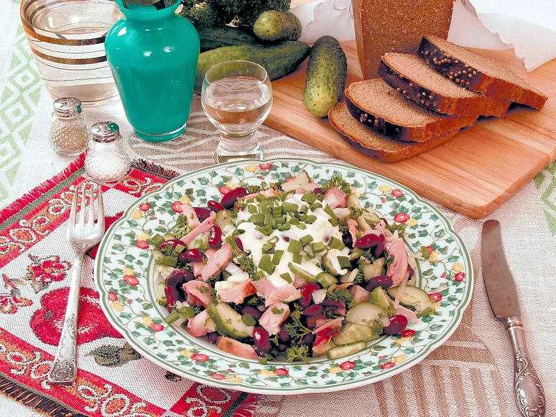 Салат из копченой курицы и фасоли